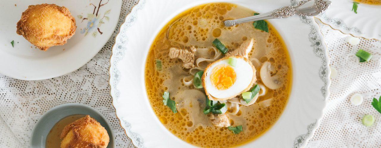Thaise Tom Kha Kai met gefrituurde eieren