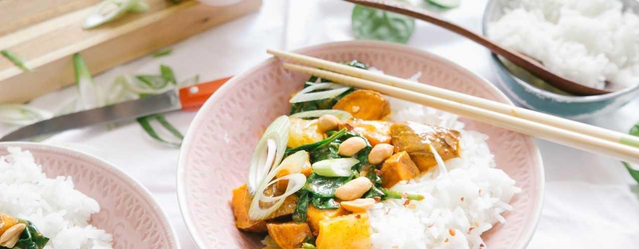 Gele curry met zoete aardappel en ananas