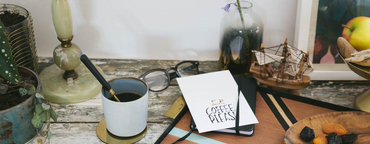 Kaffee im Home Office zubereiten