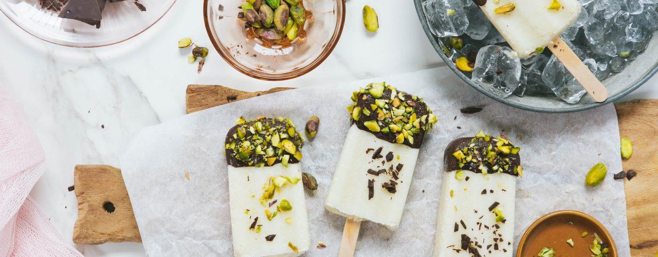 Eis am Stil mit Ananas und Schokolade